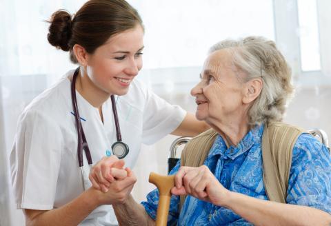 Una donna anziana insieme al personale sanitario di una RSA